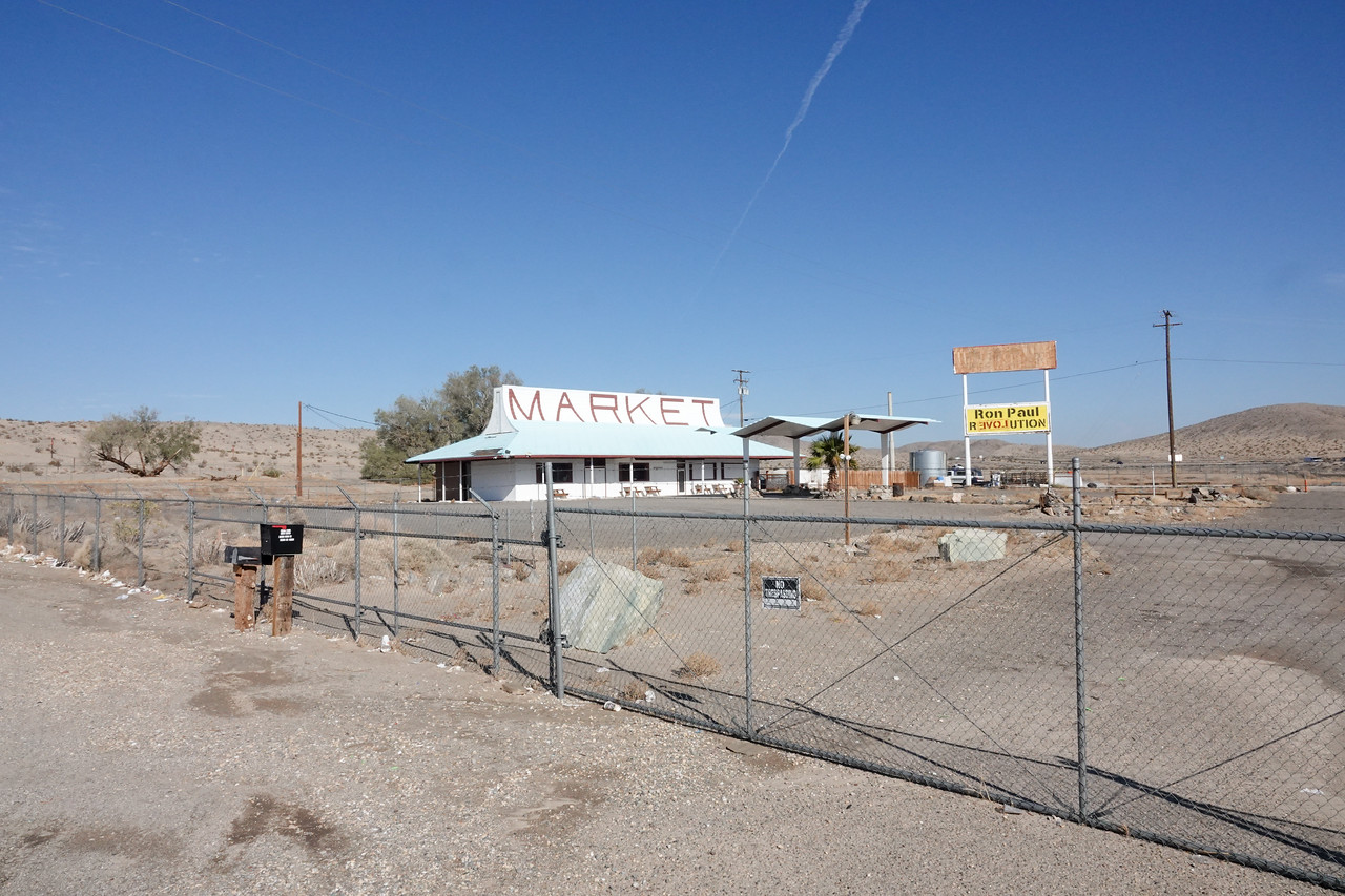 Another deserted gas station/market off route 15 in California