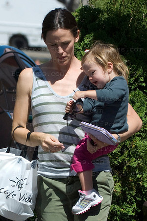 Jennifer Garner and her daughter Seraphina take some time together in Pacific Palisades,California on September 14, 2010.