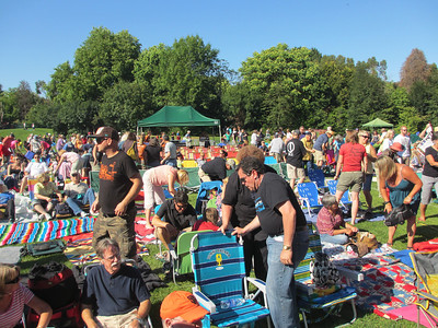 The people start piling in to see Huey Lewis and the News!!