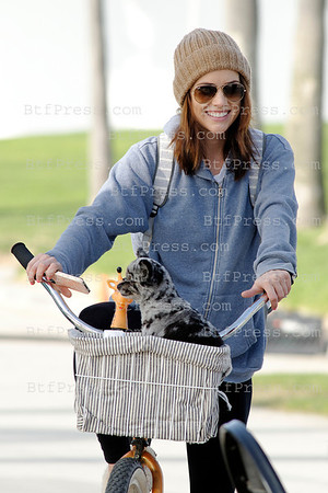 "Jessica Stroup on her bike with her doggy during the set of the Serie ""90210"" in Venice,California"