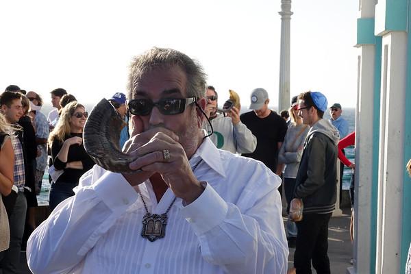 CTJ Rabbi emeritus Mark Hyman blows the shofar on Rosh Hashanah