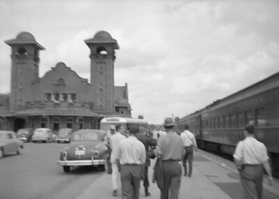 2016.020.99.031--jim neubauer 6x9 neg--GTW--depot and fantrip passenger train scene--Battle Creek MI--1950 0716