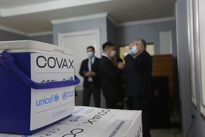 2021 оны гуравдугаар сарын 13. COVAX хөтөлбөрийн хүрээнд хүлээн авах вакцины эхний ээлж болох 14,400 тун AstraZeneca вакциныг өнөөдөр татан авлаа.  Энэ оны эхний улиралд багтаан манай улс AstraZeneca вакцины 112,800 тун, Pfizer/BioNTech компанийн вакцинаас 25,740 тунг тус тус COVAX хөтөлбөрийн хүрээнд хүлээн авахаар болсон юм.  Вакцины дээжийг ДЭМБ-ын суурин төлөөлөгч Сергей Диордица Гадаад харилцааны сайд Б.Батцэцэгт гардуулан өглөө. ГЭРЭЛ ЗУРГИЙГ Г.САНЖААНОРОВ/MPA