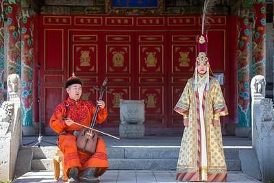 2021 оны долдугаар сарын 24. Энэ сарын 23-25-ны өдрүүдэд Монгол Улсад айлчилж буй Америкийн Нэгдсэн Улсын Төрийн нарийн бичгийн даргын орлогч хатагтай Уэнди Шерман тэргүүтэй төлөөлөгчид чойжин ламын сүм музейд зочиллоо.  ГЭРЭЛ ЗУРГИЙГ Б.БЯМБА-ОЧИР/MPA