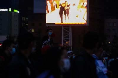 """2021 оны долдугаар сарын 1. """"Тэвчээр тасарлаа"""" хөдөлгөөн дор нэгдсэн иргэд Сүхбаатарын талбайд жагсаж байна. ГЭРЭЛ ЗУРГИЙГ И.НОМИН/MPA"""