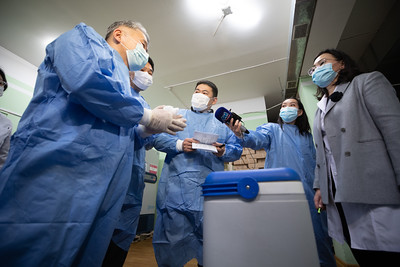"""2021 оны хоёрдугаар сарын 16. Ерөнхий сайд Л.Оюун-Эрдэнэ өнөөдөр ХӨСҮТ-д ажиллаж, вакциныг хүлээн авах, хадгалах бэлэн байдалтай танилцлаа.  Энэ үеэр тэрбээр """"Коронавирусийн эсрэг вакцин татаж авах ажлыг үндсэндээ өнөөдөр эхлүүлнэ. Тээвэрлэлт, хадгалалтад мэргэжлийн хяналтын байгууллагаас нарийн хяналт тавих юм.   Монгол Улсын Ерөнхий сайд вакцины хамгийн эхний тунг хийлгэнэ.  Хамгийн эхний тунг хийлгэх нь энэхүү вакциныг аюулгүй гэдгийн баталгаа болж, нийт ард иргэдээ вакциндаа товлолын дагуу идэвхтэй хамрагдахыг уриалах юм"""" гэлээ. ГЭРЭЛ ЗУРГИЙГ Б.БЯМБА-ОЧИР/MPA"""