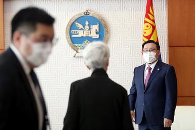 """2021 оны долдугаар сарын 24. Монгол Улсын Их Хурлын дарга Г.Занданшатар өнөөдөр (2021.07.24) Америкийн Нэгдсэн Улсын Төрийн нарийн бичгийн даргын орлогч хатагтай Уэнди Шерман тэргүүтэй төлөөлөгчдийг хүлээн авч уулзав.  Улсын Их Хурлын дарга Г.Занданшатар АНУ-ын үе үеийн засаг захиргааны зүгээс Монгол Улсад өрнөсөн ардчилсан өөрчлөлт шинэчлэлийг бататгах, зах зээлийн эдийн засагт шилжих үйл явцыг гүнзгийрүүлэх, хүний эрх, эрх чөлөөг дээдэлсэн нийгмийг байгуулах болон тулгарч буй сорилт бэрхшээлийг даван туулахад тууштай дэмжлэг үзүүлсээр ирсэнд талархалтай байдгаа уулзалтын эхэнд илэрхийлэв.  Тэрбээр, 2011 онд Улсын Их Хурлаас Монгол Улсын гадаад бодлогын үзэл баримтлалыг батлахдаа Америкийн Нэгдсэн Улс нь Монгол Улсын гадаад харилцааны бодлогод гуравдагч хөрш гэж тусгагдсан, дотнын түнш орон гэж бид үздэг бөгөөд хоёр орны харилцаанд өндөр ач холбогдол өгдөг. Манай хоёр улс ардчилсан ёс, хуулийг дээдлэх, хүнийг эрхийг хүндэтгэх, эрх чөлөө, шударга ёсыг эрхэмлэх зэрэг оюун санааны нийтлэг үнэт зүйлстэй болохыг тэмдэглэв. Мөн Монгол Улс, АНУ-ын хооронд дээд, өндөр түвшний харилцан айлчлал, уулзалт, яриа хэлэлцээ тогтмолжиж, Стратегийн түншлэлд хүрснийг тэмдэглэхэд таатай байна гэлээ.    АНУ-ын Төрийн нарийн бичгийн даргын орлогч, хатагтай Уэнди Шерман Монгол Улсын гуравдагч хөрш байгаадаа бахархалтай байна гээд, Япон Улс, Бүгд Найрамдах Солонгос Улсад айчлал хийснийхээ дараа танай улсыг зорьж ирлээ. Ерөнхийлөгчийн сонгуулиа амжилттай зохион байгуулж, Ардын хувьсгалын 100 жилийн ойтойгоо золгож буй Монгол Улс бол залуу хүн амтай, ардчилсан орон. Монголын ардчиллын туршлагаас суралцах зүйл их бий гэв.  Улсын Их Хурлын дарга Г.Занданшатар """"гуравдагч хөрш"""", Стратегийн түнш АНУ-тай эдийн засгийн хамтын ажиллагаагаа түлхүү хөгжүүлэхийг чухалчлан үздэг. Энэ хүрээнд бид эдийн засгийн томоохон төсөлд хөрөнгө оруулалт хийж, хамтран ажиллах боломжийг эрэлхийлж ажилахад бэлэн байна. АНУ-ын Конгресст өргөн баригдаад буй """"Гуравдагч хөршийн худалдааг дэмжих тухай"""" хууль батлагдвал ма"""