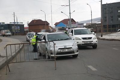 2021 оны дөрөвдүгээр сарын 28. Хатуу хөл хорио Улаанбаатар хотод 17 дахь өдрөө үргэлжилж байна. Энэ удаагийн хөл хорионы үеэр явганы болон автомашины хөдөлгөөнд тавих хяналт чангарчээ.  Цагдаагийн байгуулагаас өнөөдөр 20:00 цагаас хойш явган хүний болон замын хөдөлгөөнийг хязгаарлахаа мэдэгдлээ. Иймд цагдаа, онцгой байдлын байгууллагын алба хаагч болон ДХИС-ийн сонсогчид гудамж талбайд үүрэг гүйцэтгэж байгаа аж.  Бүх нийтийн бэлэн байдалд шилжсэн үед иргэд хариуцлагатай байж, хамтран ажиллахыг хүсэв. ГЭРЭЛ ЗУРГИЙГ Д.ЗАНДАНБАТ/MPA