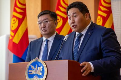 """2021 оны есдүгээр сарын 6.  Монгол Улсын Ерөнхийлөгчийн Тамгын газраас шүүхийн хараат бус, бие даасан байдлын талаар мэдээлэл хийж, Ерөнхийлөгч У.Хүрэлсүх ШҮҮГЧИД болон АТГ-ын даргыг томилдог эрхээс татгалзсан тухай мэдээллээ.  Ерөнхийлөгчийн тамгын газрын дарга Я.Содбаатар """"Өнөөдөр бид өмнөх Ерөнхийлөгчийн үед ҮХЦ-д хандсан хоёр хүсэлтээс бүхэлд нь татгалзах саналыг ҮХЦ-д өглөө. Шүүхийн шинэчилсэн хууль нэгдүгээр сард батлагдсан. Үүний дараагаар өмнөх Ерөнхийлөгч Үндсэн хуулийн цэцэд /ҮХЦ/ хандсан юм. ҮХЦ Үндсэн хууль зөрчсөн байна гэж үзсэнийг УИХ хүлээж аваагүй.  Монгол Улсын Ерөнхийлөгч У.Хүрэлсүх шүүгчийн томилгоо, ШЕЗ-ийг хэрхэн бүрдүүлэх, Шүүгчдийн сахилгын зөвлөлийн гишүүдийг томилдог эрхээсээ татгалзаж байгаа юм. Мөн Авлигатай тэмцэх газрын /АТГ/  даргыг Ерөнхийлөгч томилохгүй. Ерөнхий сайд томилдог байхаар хуульд өөрчлөлт оруулсан"""" гэсэн юм.   ГЭРЭЛ ЗУРГИЙГ Б.БЯМБА-ОЧИР/MPA"""