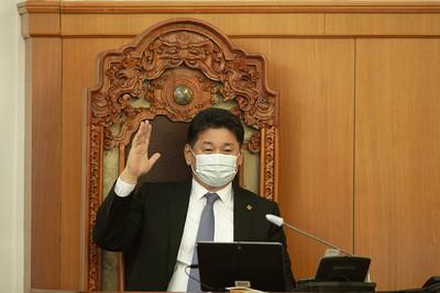 """2021 оны нэгдүгээр сарын 27. Улсын Их Хурал дахь АН-ын бүлгийн нэг цагийн завсарлага дууссан тул Монгол Улсын Ерөнхий сайдыг томилох тухай асуудлыг үргэлжлүүлэн хэлэлцлээ.        Монгол Улсын Ерөнхий сайдаар Улсын Их Хурлын гишүүн Лувсаннамсрайн Оюун-Эрдэнийг томилох саналыг дэмжих томьёоллоор санал хураалт явуулав. Чуулганы нэгдсэн хуралдаанд оролцсон 66 гишүүний 58 нь буюу 87.9 хувь нь дэмжсэн. Ингэснээр """"Монгол Улсын Ерөнхий сайдыг томилох тухай"""" Улсын Их Хурлын тогтоол батлагдаж, Г.Занданшатар дарга тогтоолын эцсийн найруулгыг уншиж танилцуулсан.        Дараа нь Улсын Их Хурлын дарга Г.Занданшатар, Монгол Улсын Ерөнхий сайдын хариуцлагатай албан тушаалд өндөр хувь, итгэлээр сонгогдсон Улсын Их Хурлын гишүүн Лувсаннамсрайн Оюун-Эрдэнэд Улсын Их Хурлын нийт гишүүдийнхээ өмнөөс баяр хүргэж, ажилд нь амжилт хүслээ. Үргэлжлүүлэн тэрбээр """"Улс орны нөхцөл байдал амаргүй байна. Засгийн газрын танхимаа нэн яаралтай, чадварлагаар эмхлэн бүрдүүлээд Улсын Их Хуралд шуурхай танилцуулах чиглэлийг өгч байна. Цар тахлын эрсдэл өндөр, цас зудын байдал амаргүй, малчдын ажил, амьжиргаа хүндэвтэр байна. Тийм учраас Засгийн газрын залгамж чанарыг хангаж, шинэчлэлт өөрчлөлтийг тууштай үргэлжлүүлэх нь чухал. Шинэ Засгийн газраас монголын ард түмэн шинэ шийдэл хүлээж байгаа. Алсын хараатай, шийдвэртэй, зоримог үйл ажиллагаа өрнүүлнэ гэж итгэж, хүлээж байна. Шударга ёсны төлөөх тэмцэл үр дүнд хүрэх ёстой. Улс орныхоо эдийн засгийг тэлж, хөгжил дэвшилд хөтлөх томоохон төсөл хөтөлбөрүүдийг цаг алдалгүй, амжилттай хэрэгжүүлэх нь Монгол Улсын эрх ашигт нийцнэ.        Монголынхоо баялагт монгол хүн эзэн нь байх, үр өгөөжийг нь ард түмэн хүртэж байх шударга зарчмыг энэ Улсын Их Хурал, У.Хүрэлсүхийн Засгийн газар, Л.Оюун-Эрдэнэ сайд тууштай, тасралтгүй хэрэгжүүлж ирсэн гэдгийг тэмдэглэж хэлье. """"Оюу толгой ордын ашиглалтад Монгол Улсын эрх ашгийг хангуулах тухай"""" Улсын Их Хурлын 92 дугаар тогтоолыг 2019 онд Улсын Их Хурал баталж, У.Хүрэлсүхийн Засгийн газар 2017 онд ажлын хэсэг  яаралтай байгуу"""