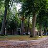 Het complex omvat een gotische begijnhofkerk en een dertigtal witgeschilderde huizen uit de late 16e, 17e en 18e eeuw. Deze huizen zijn praktisch allemaal rond een centraal hof gebouwd. De voornaamste toegang met poort is te bereiken via de driebogige stenen brug, de Wijngaardbrug. In een nis is het beeld te zien van de heilige Elisabeth van Hongarije, patrones van vele begijnhoven. De Wijngaard is ook aan de Heilige Alexius gewijd. De toegangspoort is gebouwd in 1776 door meestermetselaar Hendrik Bultynck. Het eerste begijnhuisje naast de toegang is als museum ingericht en er zijn onder andere schilderijen, 17e-eeuws en 18e-eeuws meubilair en kantwerk te bezichtigen. Een tweede poort verleent toegang via de Sasbrug aan het Sashuis.