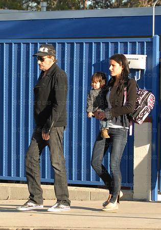 Johnny Hallyday porte une casquette FUCK ( baise) a l'ecole de Jade, tandis que Laeticia a un chemisier transparent.