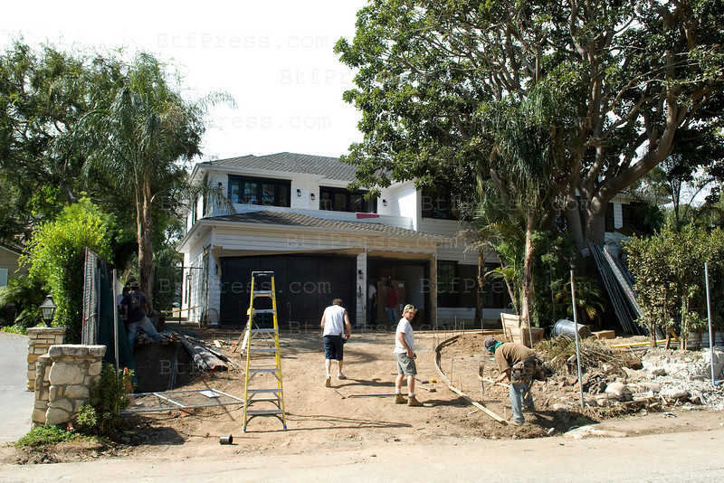 Exclusive__---__ The house of Johnny Hallyday and Laeticia will be finish between one or two weeks from now. They have a lot of palm trees in the drive way.