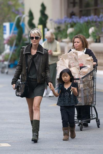 Laeticia et Jade font des courses.