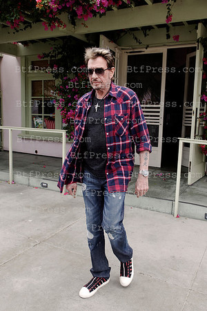 http://9e1de4udrmrrwu7axnvkt46390.hop.clickbank.net/?tid=2P8NBB3Y Johnny Hallyday and Laeticia with Jade and Joy have some good time in family. Johnny make a ride with his family in his 1953 Cadillac, they have a lunch in the Ivy in Santa Monica and an ice crean in Pacific Palisades.