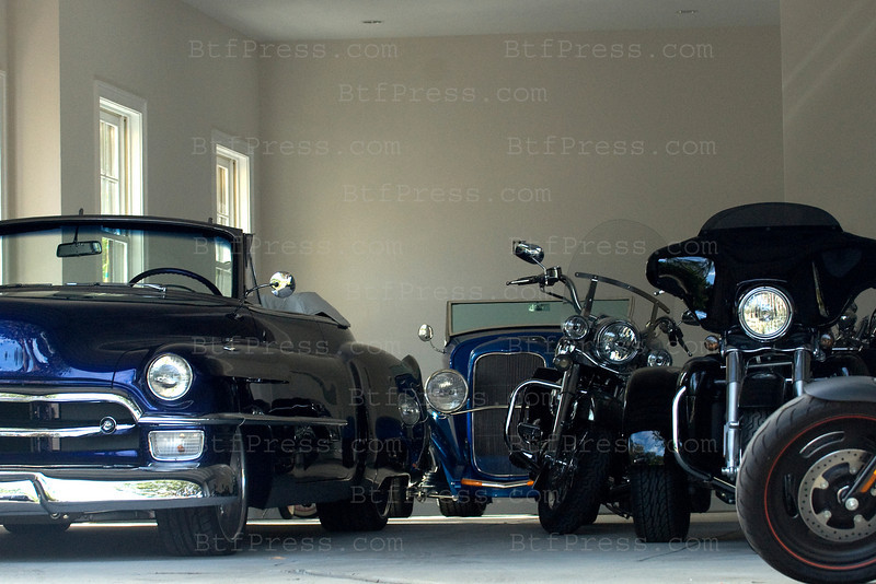 Johnny Hallyday moved his cars and motorcycles from the precedent house to the new home and Laeticia take care of the boxes, in Pacific Palisades on October 27,2010.