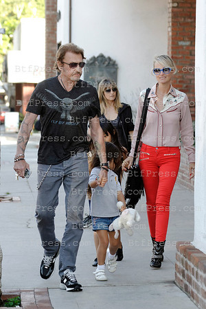 Johnny Hallyday ready to rock. He was today with Laeticia, kids,grandmother during a family promenade in Pacific Palisades in Los Angeles,California.