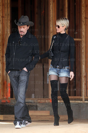 Johnny et Laeticia Hallyday et Jean Reno et sa femme font la visite de la maison en construction des hallyday a Pacific Palissades. (Photos by Boutefeu/Belle-Pictures)