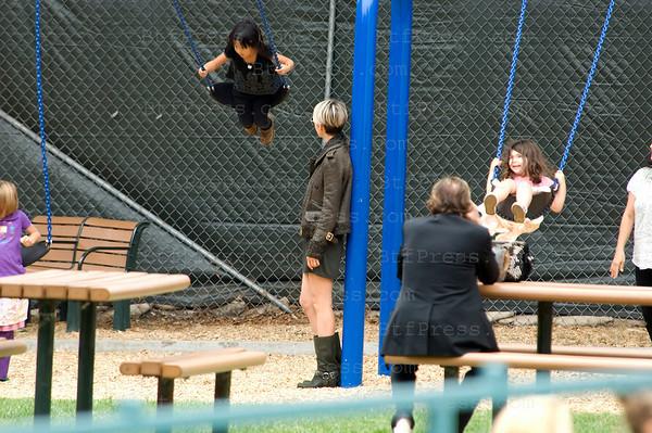Johnny,Laeticia et Jade dans un parc pour enfants a West Hollywood. Johnny a fini son paquet de Gitane au milieu des balancoires.