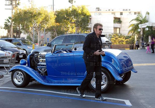 Johnny Hallyday et Laeticia ont fait un grand tour dans la voiture musclee de Johnny,une Hot-Rod Ford, ils sont alles dejeuner au Ivi a Santa Monica et ensuite un tour sur le PCH en direction de Malibu, ils ont ensuite conduit sur Sunset Boulevard avec un arret pour faire des courses a Pacific Palisades.