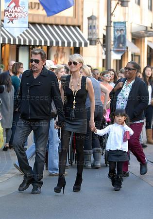 Johnny Hallyday,Laeticia,Jade et Joy sont alles dejeuner vres 13h au Grove accompagne de la nounou et d'une nurse qui a suivi Johnny depuis la maison.