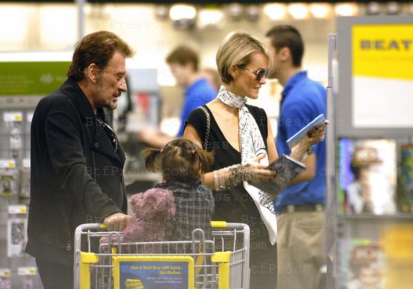 """Johnny Hallyday et Laeticia sint alles en famille acheter des DVD pour les enfants avec la nounou et l'infirmiere pour Johnny, ensuite ils sont alles dejeuner dans un restaurant Americain pour y manger des Hamburgers avec des frites. Quand le dejeuner etait fini le programme etait d'alle voir le film en trois dimension """"Avatar"""""""