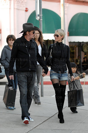 Johnny Hallyday et Laeticia ont fait du shopping avant de celebrer le reveillon de la nouvelle annee chez eux.  (Photos by Boutefeu/Belle-Pictures)