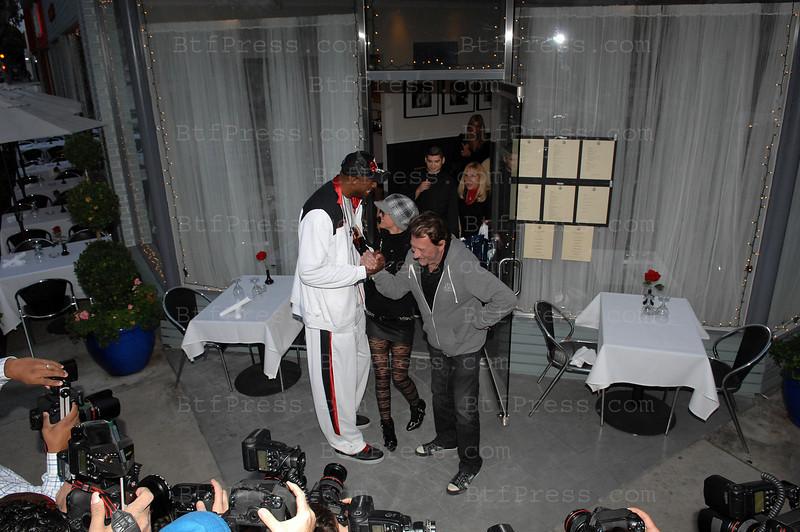 Johnny Hallyday et Laeticia ont dejeune chez Petrossian a West Hollywood. Ils ont deguste Caviar,blinis avec eoufs de saumon, estugeon fume,saumon fume,arrose de Champagne Roederer Cristal et Pessac Leognan Blanc. Lors du dejeuner ils ont eu la visite de DJ Mbenga,joueur des Lakers, Johnny etait enchante du dejeuner, il a fait la presentation du chef devant les 30 paparazzi present devant le restaurant, ensuite DJ Mbenga a fait la surprise de prendre Laeticia dans ces bras. Vue le grand nombre de Paparazzi dans ce quartier de West Hollywood, la police etait au presente.