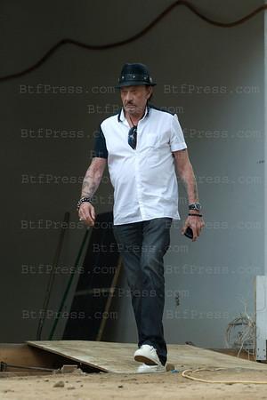 Apres le dejeuner,Johnny s'est rendu dans sa maison en construction en famille pour un rendez vous avec le tapissier,il en a profite pour s'échapper afin de faire le tour de sa propriété.