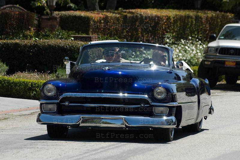 Johnny et Laeticia visitent leur maison de Los Angeles en arrivant de Saint Barth. Ils repartent apres un long moment pour dejeuner dans la nouvelle Cadillac 1953 de Johnny.