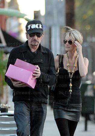 """Johnny Hallyday et Laeticia font des courses en fin de journee chez le patissier """"La Conersation"""" a West Hollywood."""
