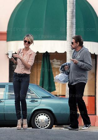 Johnny Hallyday et Laeticia ont passe du bon temps a Pacific Palisades, ils ont dejeuner dans un restaurant Italien, apres une seance de soins des mains et ensuite un peu de shopping en attendant la fin de l'ecole de Jade. Bien entendu toutes ces activites sous l'oeil attentif de l'infirmiere particuliere de Johnny.