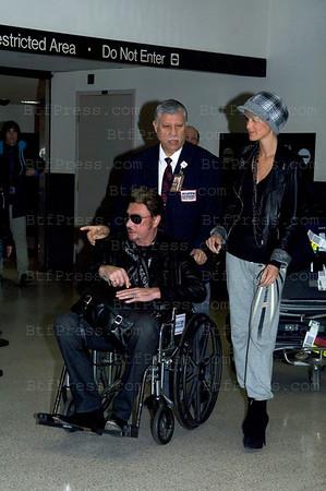 Johnny et Laeticia Hollyday arrivent a Los Angeles par le vol Air France 062  a 13h:36. Johnny est dans un fauteuil roulant et tient sa mysterieuse sacoche fermement sur ces genoux. Un probleme la limousine n'est pas au rendez vous,le chauffeur a gare celle ci dans le parking de l'aeroport, ils sont obliges de traverser la route afin de rejoindre leur conduite dans le parking. En arrivant a leur voiture Johnny se leve et donne un billet de 50 Dollars a Laeticia qui le transmet en guise de pourboire a la personne en charge du fauteuil roulant. Ensuite direction la maison pour se retrouver en famille. Photos by BOUTEFEU/JMH
