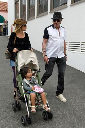 Johnny est alle en famille mange pres de sa maison et a fait quelques pas au cote de Joy ainsi que les paparazzis.