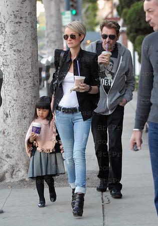 """Laeticia est de retour a Los Angeles,toute la famille est reunie en Californie' Ils sont alles dejeuner au restaurant Sushi """"Katsuya"""" a Brentwood, apres le dejeuner un detour par l'ecole de Jade,et ensuite un tour a Beverly Hills pour y boire une boisson et jouer avec les enfants."""