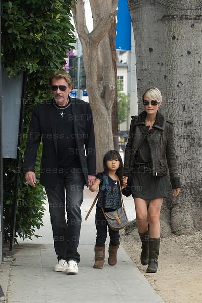 Johnny et Laeticia tiennent la main a Jade lors d'une marche vers un parc de Los Angeles.