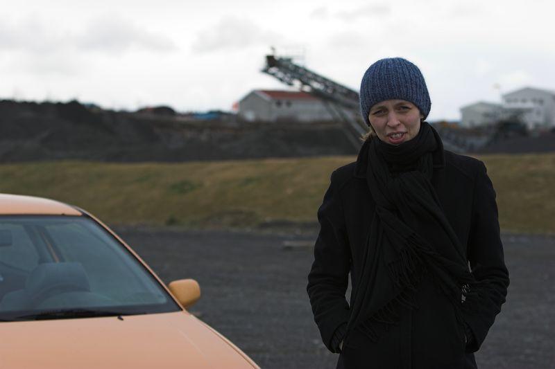 Sonju var voðallega kalt og fékk lánaða húfuna mína - þarna erum við stödd við bryggjuhverfið misheppnaða.