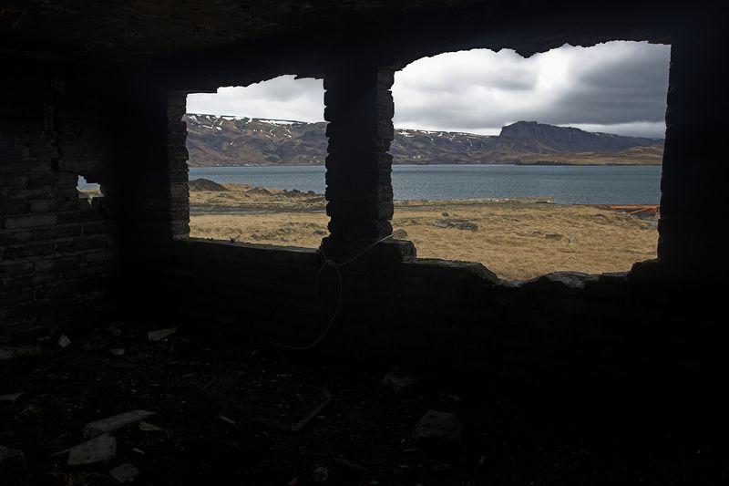 Þessi er tekin að innan og séð inn í hvalfjörðinn.