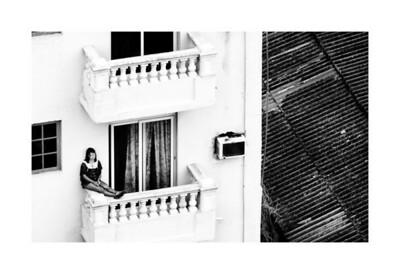 muchacha en balcon
