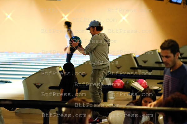 EXCLUSIVE___ Johnny Hallyday plays bowling, Laeticia Jade and Joy watch Johnny and have fun to see that, in Santa Monica, California