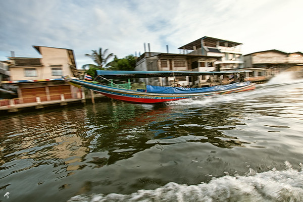 Longboats can be extremely fast - some of them have two huge engines at the back. When passing each other, the thai drivers wave at each other, while the tourists are only staring rather happily.