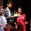 Gabi y Sergio reciben la torta.