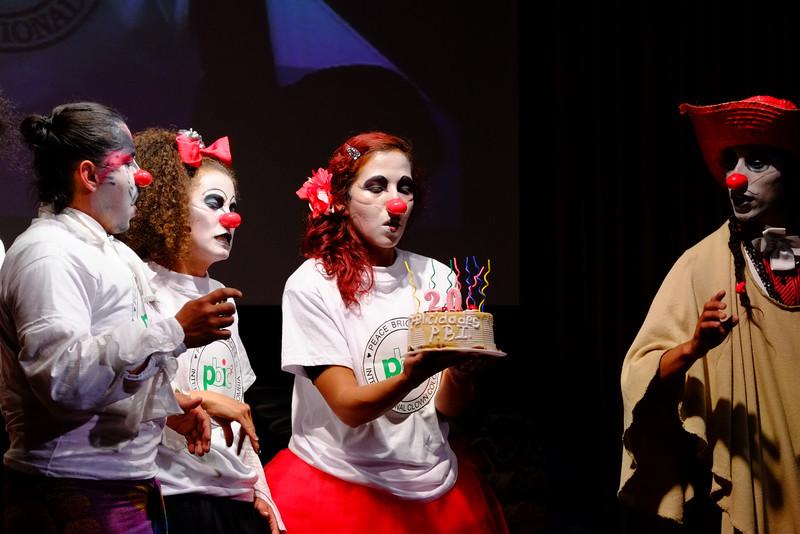 Y sorprendieron con una torta para los 20 años de acompañamiento en Colombia.