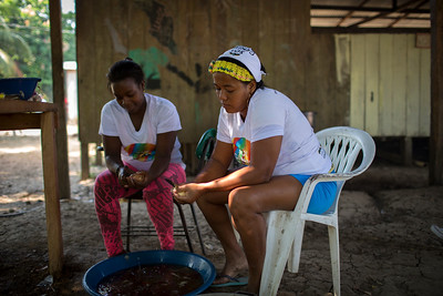 Las mujeres de Cacarica, juntos a sus esposos, tuvieron que huir de sus tierras, con sus hijos de las manos y unas pocas pertenencias y atravesar la selva, unas en dirección a Panamá y otras en bote hacia Turbo, la ciudad más grande de su región.