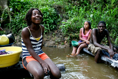 Al retornar a su tierra, las mujeres de Cacarica volvieron a disfrutar de la añorada naturaleza; de los baños y largas charlas en su río, el Peranchito, mientras lavaban la ropa llena de barro de sus hijos que volvían a correr felizmente por el campo; de sembrar el arroz, la yuca o el maíz en una tierra que nuevamente les tocó trabajar para limpiar la selva que se había apoderado de todo, incluso las casas, tras el desplazamiento.   Foto: Charlotte Kesl