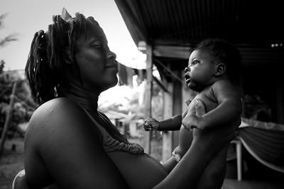 Las señoras de Cacarica no quieren volver a ser desplazadas, ni que sus hijos e hijas vivan lo que les tocó a ellas, por ello también les enseñan a hacer frente al miedo a los armados.  Foto: Charlotte Kesl