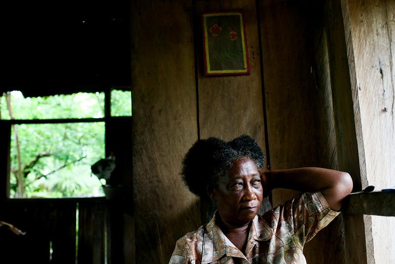 Pero, las señoras de Cacarica recuerdan como si fuera hoy el día que llegó la violencia. Los paramilitares arribaron, les insultaron, golpearon a los hombres y mataron con machete a su vecino Marino López. <br /> Foto: Charlotte Kesl