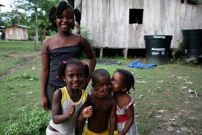 Las señoras de Cacarica van a resistir, como lo han hecho durante los últimos veinte años de guerra que han vivido en su selva.  Foto: Charlotte Kesl