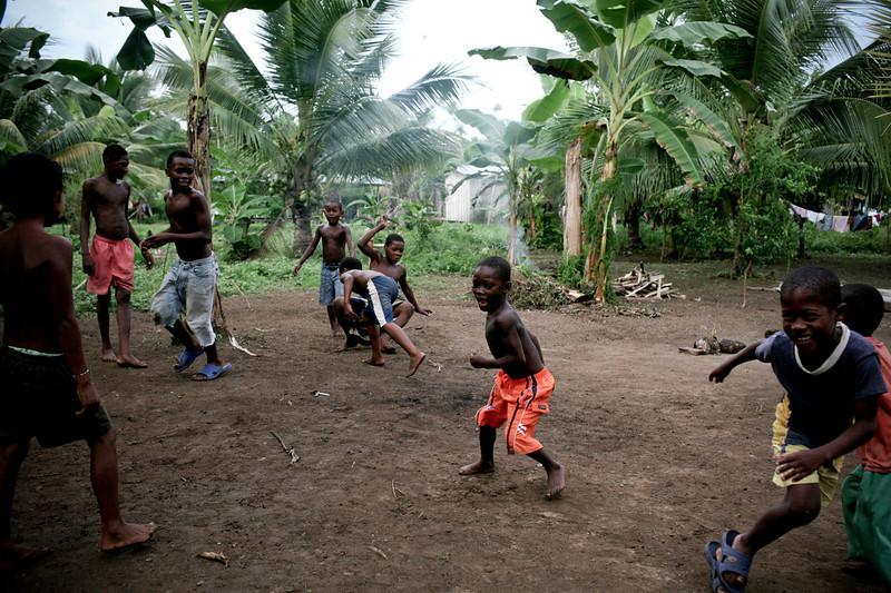 Los hijos de los desplazados crecen ahora en la Zona Humanitaria, entre el río, la escuela, los cultivos de arroz, las historias de su familia y las reuniones políticas de los habitantes. Tendrán la delicada tarea de asumir el proyecto de vida de esa comunidad.