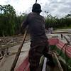 Luego de una noche en Ríosucio, embarcamos en cuatro botes por el río Salaquí. Nos sorprende la fuerza del corriente. Navegamos a través de una selva densa, cruzando de vez en cuando una aldea al lado del río.